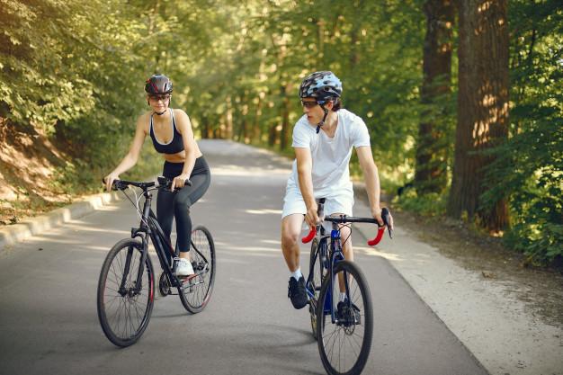 cykelryttere med hjelm